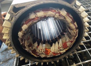 Pokazená elektromotor so zhoreným statorom, bol zapojený na 2 fázy