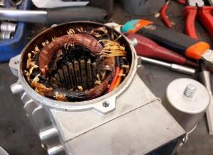 Zhorený stator elektromotora, motor bol title=